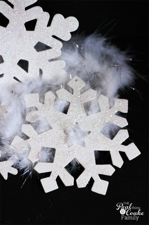 10 minute craft ideas - tutorial to make quick and pretty glitter snowflakes. Perfect for winter or Christmas decorating. #Glitter #Crafts #Snowflakes