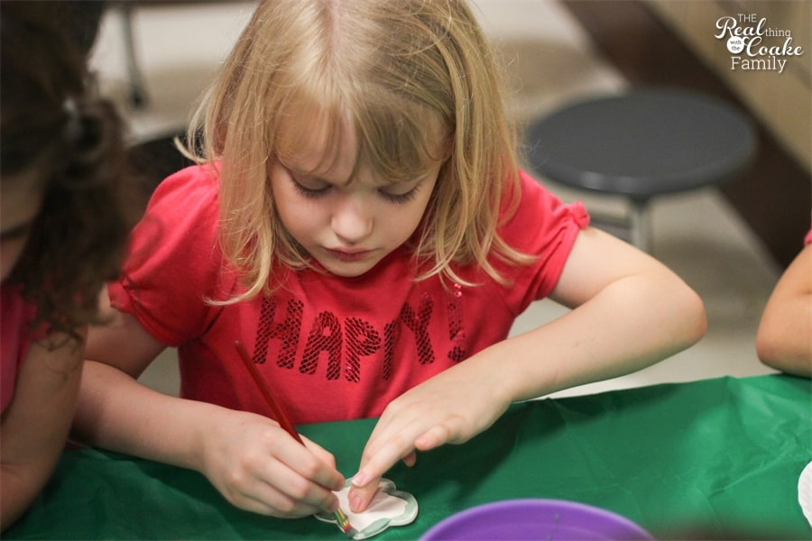Fun event for Girl Scouts or other group. Host a pottery night complete with snacks, games and painting. #GirlScouts #Activities #RealCoake