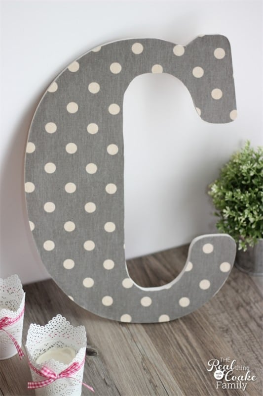 My outdated and bare walls need an update on a dime. This cute monogram DIY wall art is perfect for my budget and time! So cute! #DIY #WallArt #Crafts #RealCoake