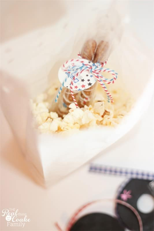 Cute, quick and Easy! This is such a great idea to take for the kids to eat on 4th of July while watching fireworks! #4thofJuly #Snack #Family #RealCoake