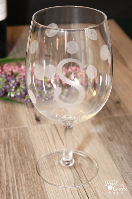 Personalized gifts - Tutorial to make gorgeous diy wine glasses. These are such fun and great gift ideas