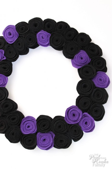 Loving all the fun Halloween crafts! I need to make this adorable and spooky DIY Halloween wreath.