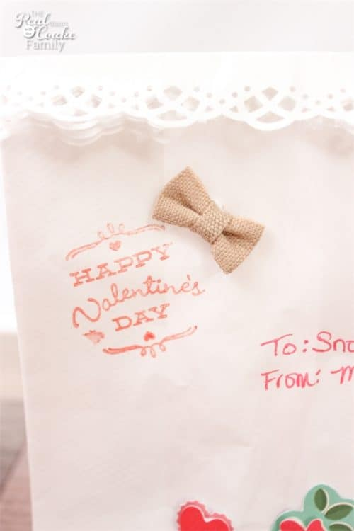 These Valentine's Day Treat Bags are super cute, inexpensive and easy too! Perfect for a little treat for the family or for the kids Valentine's Party. Sponsored