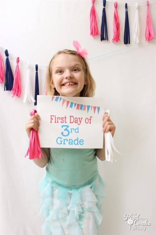 These free first day of school printables are so cute. Perfect for our Back to School pictures.
