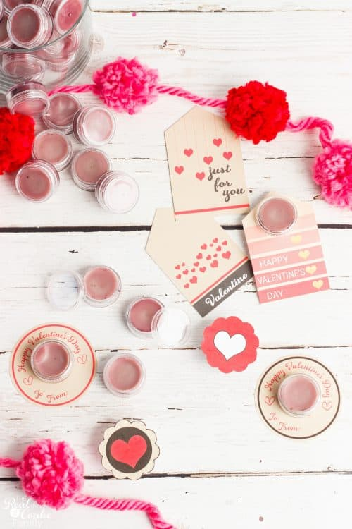 I love homemade and all natural gift ideas. This is a great recipe to make homemade lip balm. Also has free printable tags for Valentines day. Great gift!