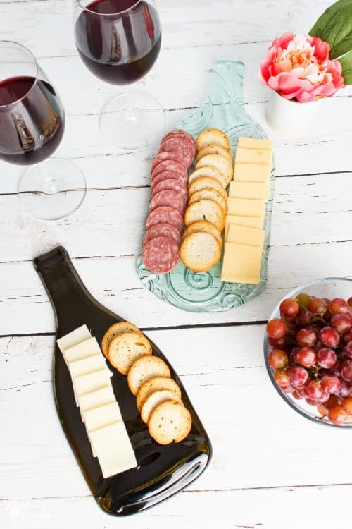 Wow! DIY Glass trays made from wine bottles. They are so pretty and are perfect for wall art or gift ideas as well as for serving trays. Love it!