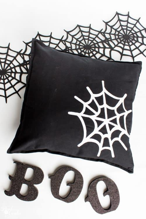 Fun crafts to make these Halloween decorations. I need these Cute Halloween decorative pillows in my home decor.