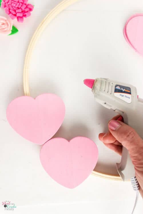 Tutorial to make a cute diy valentines wreath! Easily make this embroidery hoop wreath to add to your valentines day decor.
